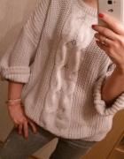 Sweter beżowy warkocz HM