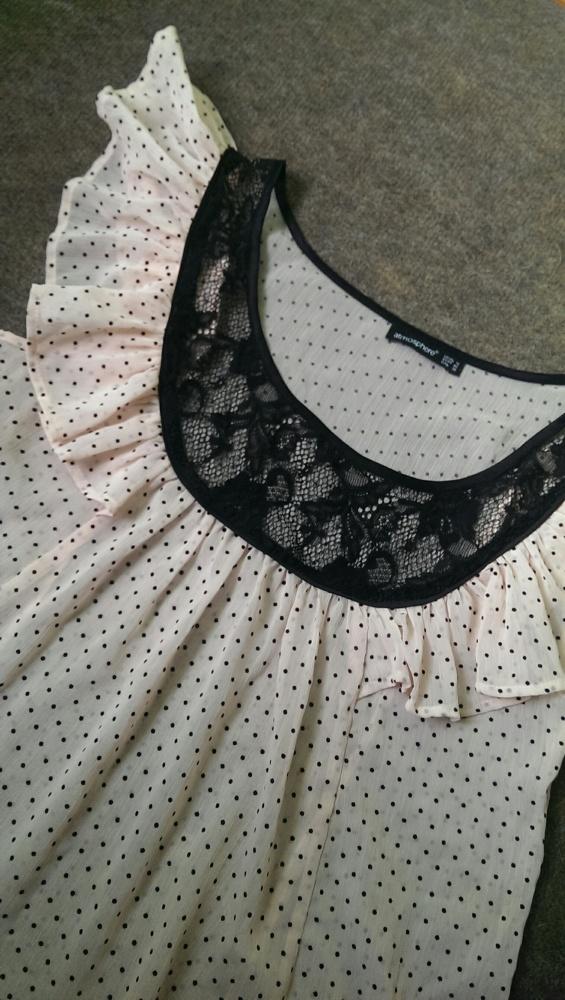 piękna bluzeczka w groszki z koronką
