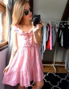 Sukienka różowa falbany