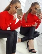Czerwony prążkowany sweterek