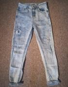 Jasne jeansy z wysokim stanem...