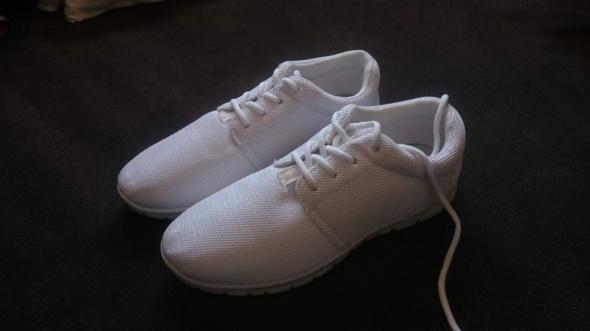 Białe adidasy różne rozmiary