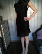 Asymetryczna sukienka z odkrytymi plecami...
