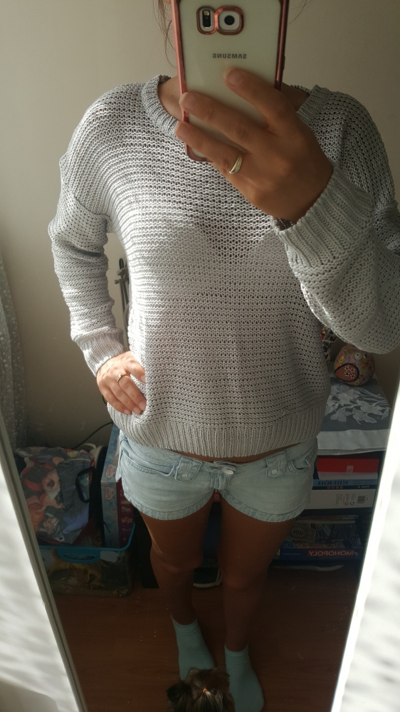 Szary sweterek...