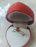 Srebrny delikatny pierścinek z karneolem
