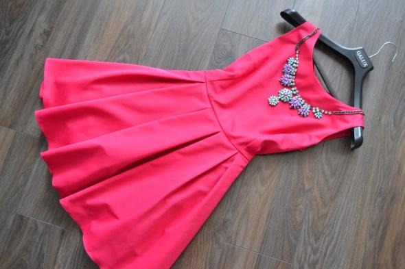 Rozkloszowana sukienka z kokardą na plecach 38