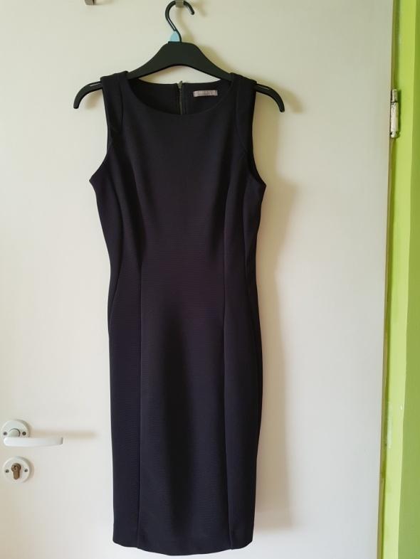 Elegancka czarna sukienka etui