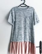 szara sukienka stradivarius z plisowanym pastelowym dolem s...