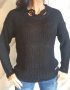 sweter z dziurami