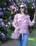 Asymetryczna bluzka wśród rododendronów