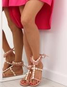 Sandały zdobione muszelkami
