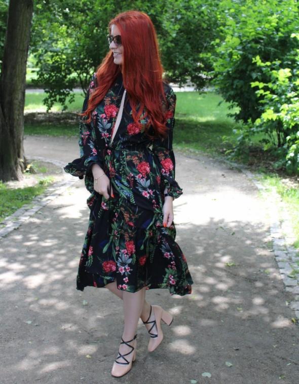 Blogerek Sukienka w kwiaty z rozcięciami