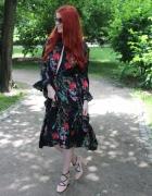 Sukienka w kwiaty z rozcięciami