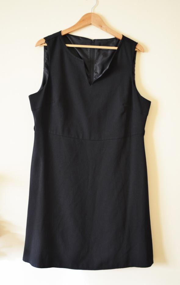 Czarna klasyczna sukienka zapinana z tyłu