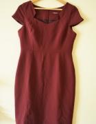 Burgundowa elegancka sukienka z pięknym dekoltem