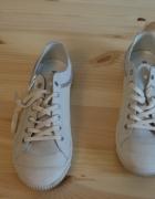 Białe trampki ze srebrnymi wstawkami firmy Pataugas...