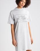 szara melanżowa prosta luźna codzienna sukienka z napisem nadrukiem półgolfem z krótkim rekawem krótki rękaw półgolf w stylu tumblr grunge