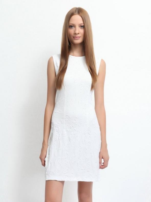 biała sukienka z tłoczeniami...