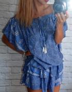 zwiewna sukienka sciagacz niebieska wzory falbanka