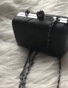 Pikowana torebka na łańcuszku
