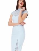 Błękitna ołówkowa sukienka midi z koronkowym dekoltem i rozcięciem