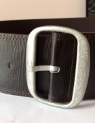 Szeroki brązowy pasek z dużą metalową klamrą