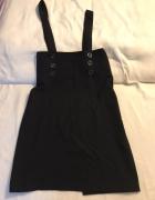 czarna sukienka na szelkach...
