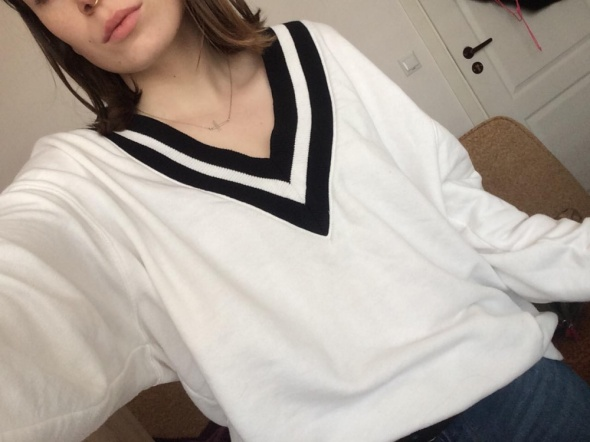 biała bluza sweter z dekoltem w serek