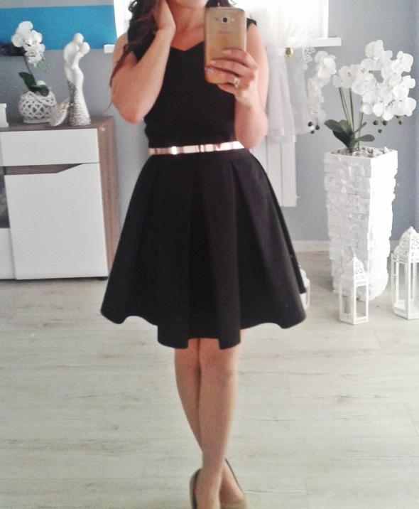 Rozkloszowana czarna sukienka S