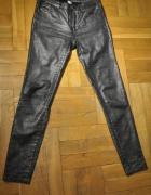 Metaliczne spodnie a la wężowa skóra