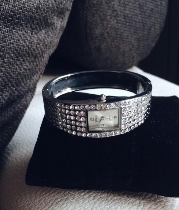 Zegarki Srebrny elegancki zegarek z cyrkoniami