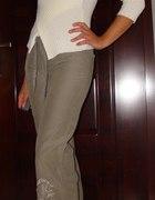 Oliwkowe spodnie Orsay z haftem z kamyków S