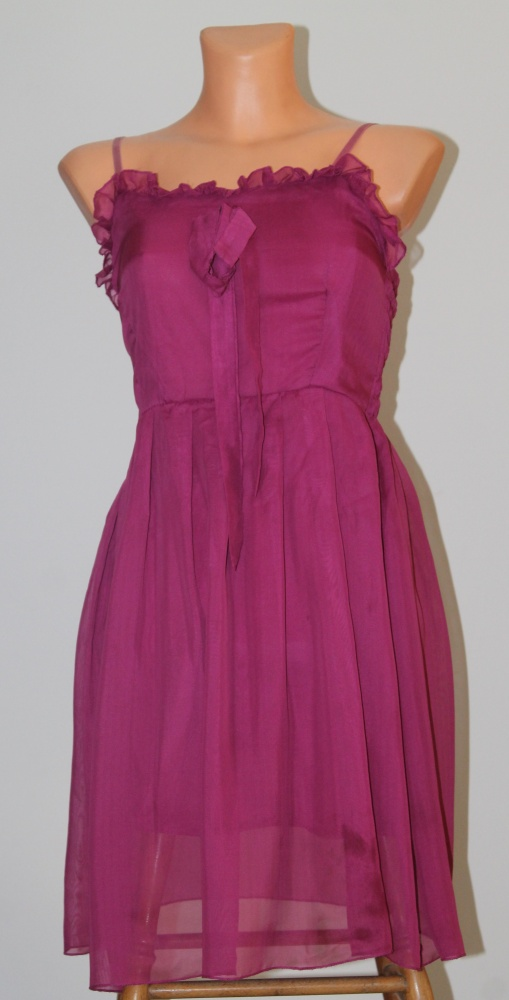 różowa sukienka z falbanką