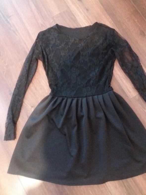 Czarna sukienka koronkowe rekawy
