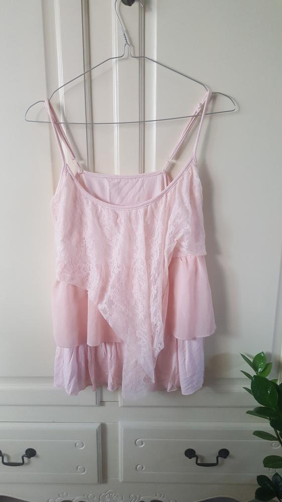 Pudrowo rozowa z falbankami