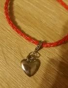 Bransoletka czerwona z zawieszką w kształcie serca...