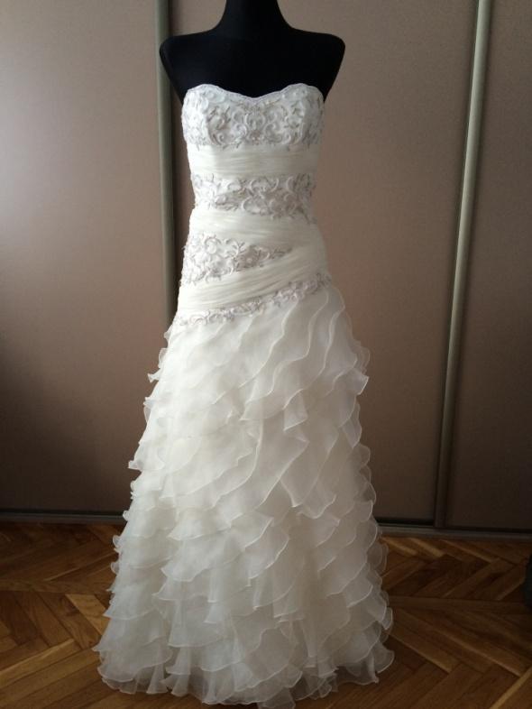 suknia ślubna z falbankami...