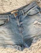 Jeansowe spodenki Bershka przetarcia...