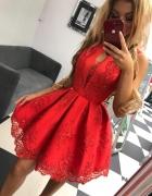 Czerwona rozkloszowana sukienka z koronka