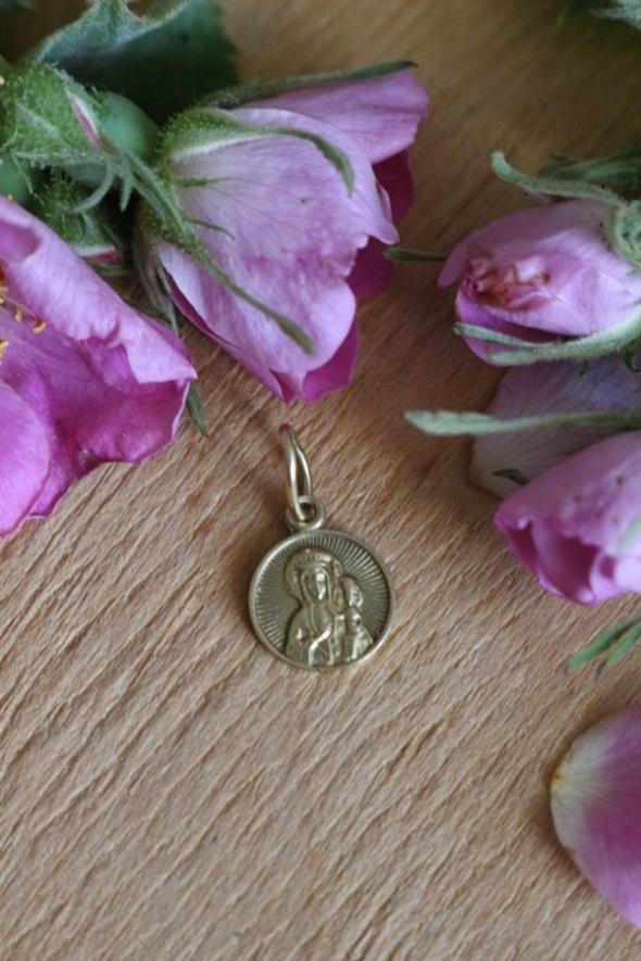 Złota zawieszka medalik Maryja z dzieciątkiem