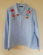 koszula w paski z kwiatowym haftem i rozszerzanymi rękawami