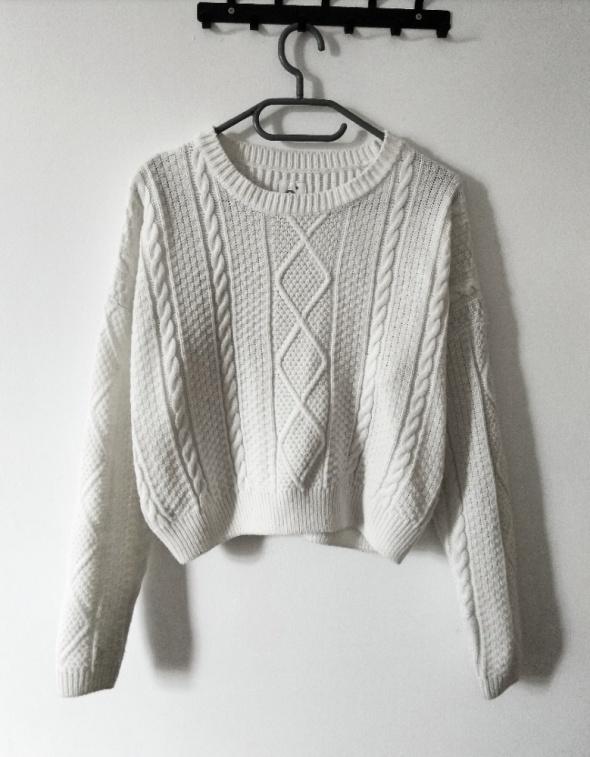 Beżowy sweterek z warkoczem...