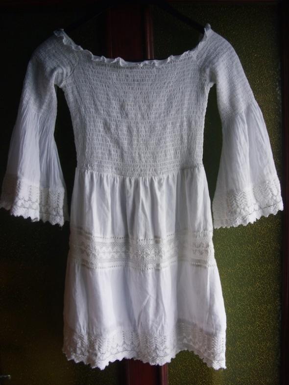 Biała sukienka boho marki Bershka