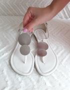 Białe sandałki ze srebrną aplikacją New Look...