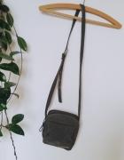 Zielona militarna mała torebka na długim pasku