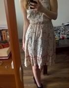 Urocza sukienka z paskiem