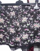 Czarne spodenki w kwiatki z koronką