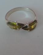 Srebrny pierścionek z zielonymi kamykami