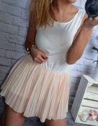 sukienka plisy pudrowo biala mega