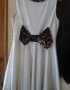 Cudna biała sukienka z kokardą rozkloszowana